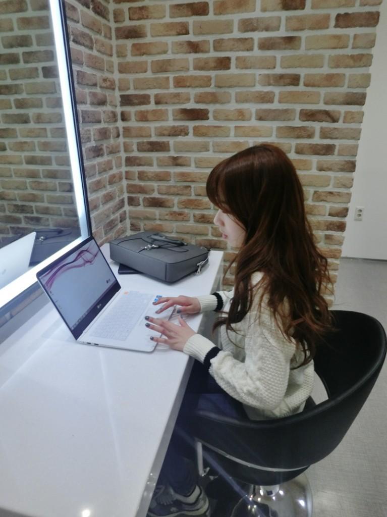 레인보우 지숙이 노트북 그램14를 대기실에서 사용하고 있다.