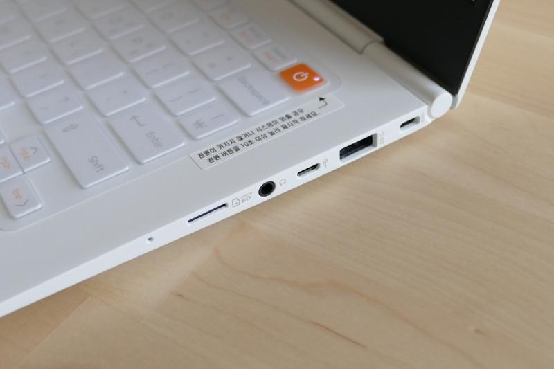 그램14 노트북 옆면의 슬롯을 클로즈업한 사진