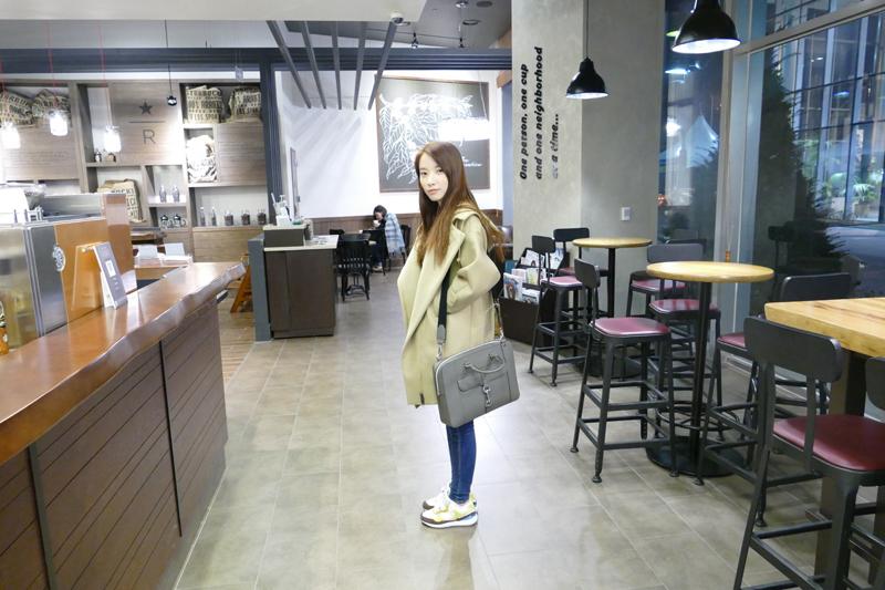 레인보우 지숙이 노트북 백을 어깨에 메고 서 있다.
