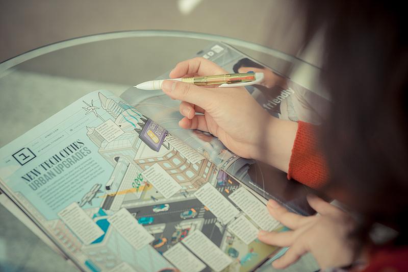 펜을 들고 잡지의 디자인 부분에 대해 설명하는  백경민 사원