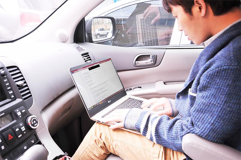 방송 스케줄을 소화하고 사무실로 이동하는 중에도 그램 14로 업무를 체크하는 홍진호 대표.