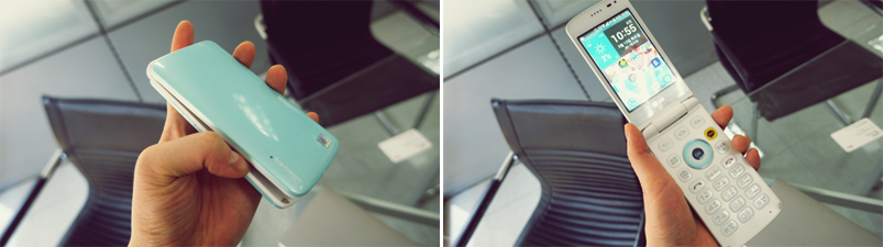 폴더폰의 닫힌 모습 (좌), 덮개를 연 모습의 사진(우)