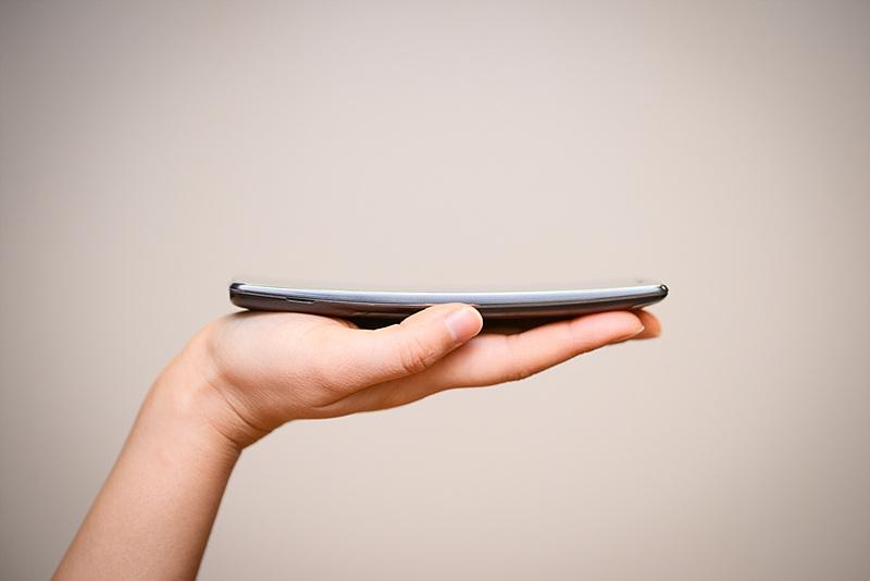 LG G 플렉스2 제품을 손으로 받치고 있다.