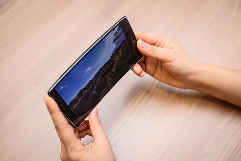 LG G 플렉스2로 동영상을 보고 있는 모습