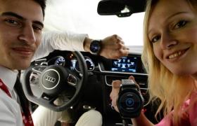 LG전자 모델들이 LG전자 전시 부스 내 전시된 아우디 자동차 안에서, 'LG 워치 어베인 LTE'로 자동차를 제어하는 모습을 선보이고 있습니다.