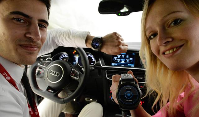 LG전자 모델들이 LG전자 전시 부스 내 전시된 아우디 자동차 안에서 'LG 워치 어베인 LTE'로 자동차를 제어하는 모습을 선보이고 있습니다.