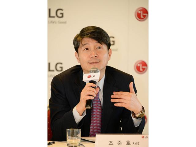 LG전자 MC사업본부장 조준호 사장이 3일(현지시간) 스페인 바르셀로나에서 기자간담회를 열고 올해 사업전략을 설명하고 있습니다.
