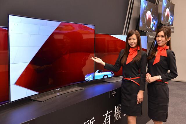 일본 도쿄 아키하바라에서 열린 '2015년 TV 신제품 발표회'에서 모델이 제품을 소개하고 있습니다.