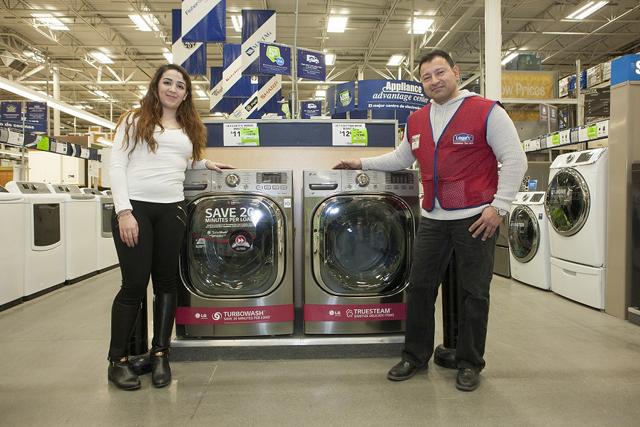 미국 뉴저지주 노스버겐 지역에 위치한 로스(Lowe's)매장에서 직원들이 LG 드럼세탁기를 소개하고 있습니다.