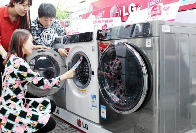 중국 베이징 시내에 위치한 전자 매장에서 고객들이 LG전자 프리미엄 드럼세탁기 신제품을 살펴보고 있습니다.