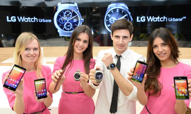 왼쪽부터 LG 마그나, LG 스피릿, LG G 플렉스2, LG 워치 어베인, LG 워치 어베인 LTE (남자 모델이 착용하고 있는 제품 2개), LG 레온, LG 조이 제품 입니다.