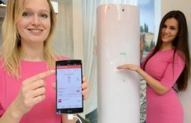 LG전자 모델들이 LG전자 전시 부스 내 IoT(사물인터넷) 존에서, 'LG G 플렉스2' 스마트폰으로 에어컨을 원격 제어하는 모습을 선보이고 있습니다.
