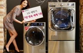 LG전자 모델이 서울 영등포구 LG트윈타워에서 프리미엄급 LG 세탁기 제품을 소개하고 있습니다.