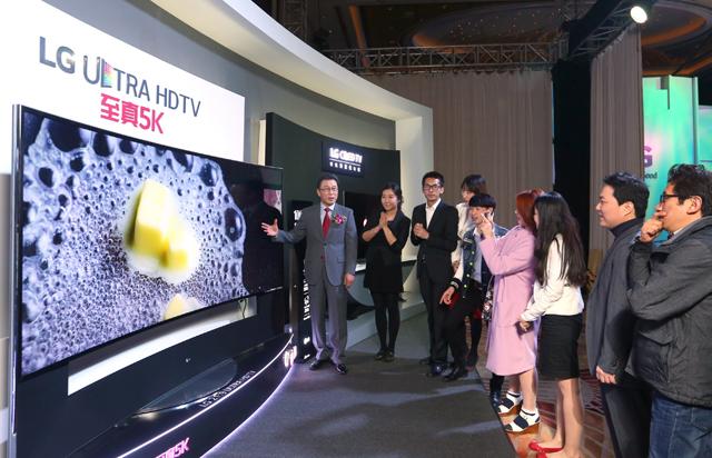 중국 주요 거래선들에게 '울트라HD TV'를 소개하고 있는 중국법인장 신문범 사장 (왼쪽에서 첫번째) 입니다.
