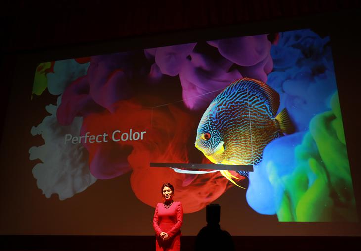 완벽한 컬러 재현이 가능한 올레드TV와 슈퍼 울트라HD TV를 설명하는 프레젠터의 모습