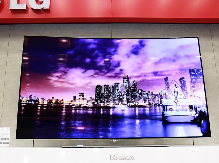 곡면 올레드 TV의 화면. 곡면의 화면에 조명으로 빛나는 도시의 모습이 보인다.