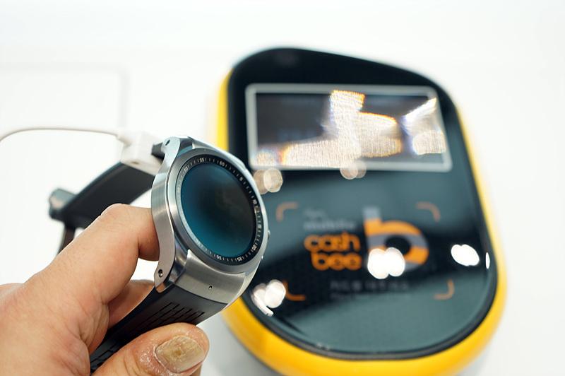 LG 워치 어베인(LG Watch Urbane)을 통해 NFC 기능을 활용하는 모습