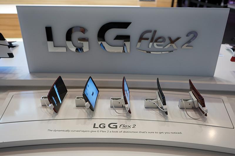 LG G 플렉스2 부스에 LG G 플렉스2 제품이 나란히 놓여져 있다.