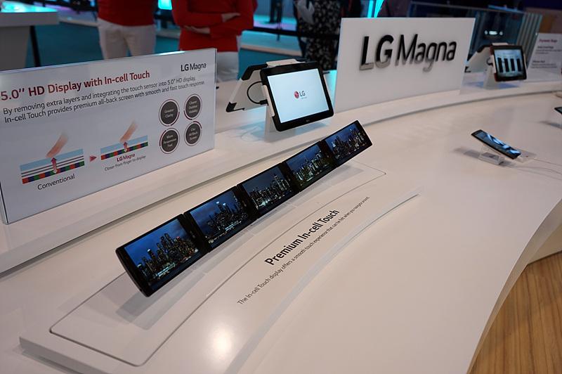 5인치대 스마트폰인 'LG 마그나'가 나란히 전시되어 있는 모습