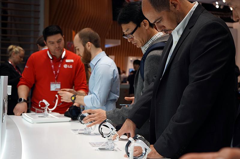 LG 제품을 집중해 바라보는 관람객들의 모습