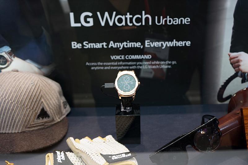 고급스러운 느낌의 LG 워치 어베인(LG Watch Urbane)이 전시되어 있다.