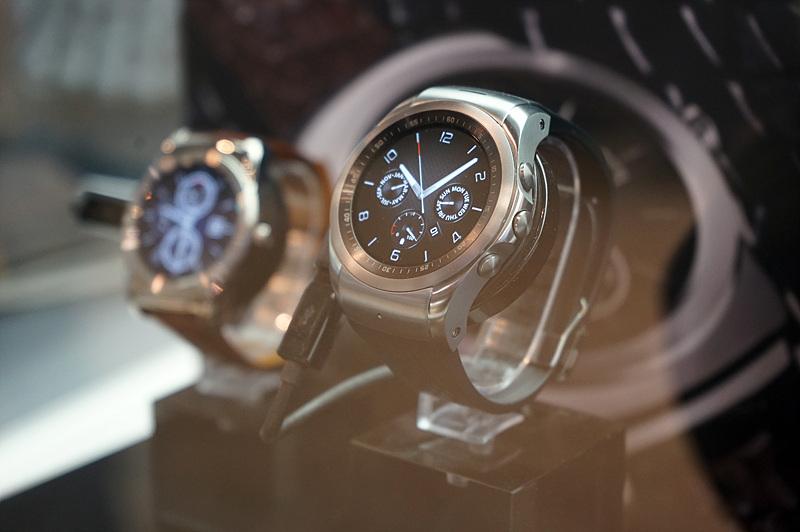 전시되어있는 LG 워치 어베인(LG Watch Urbane)의 모습