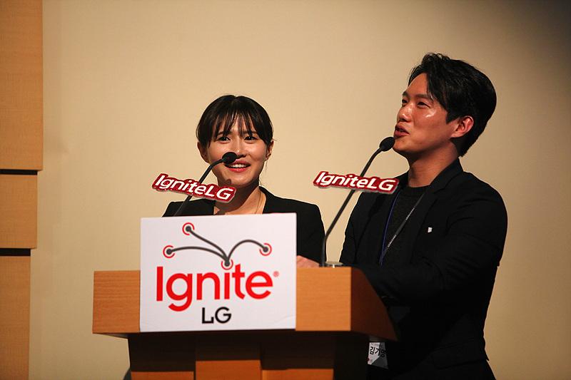이그나이트 LG 사회를 담당한 손해원 과장과 김기영 사원의 모습