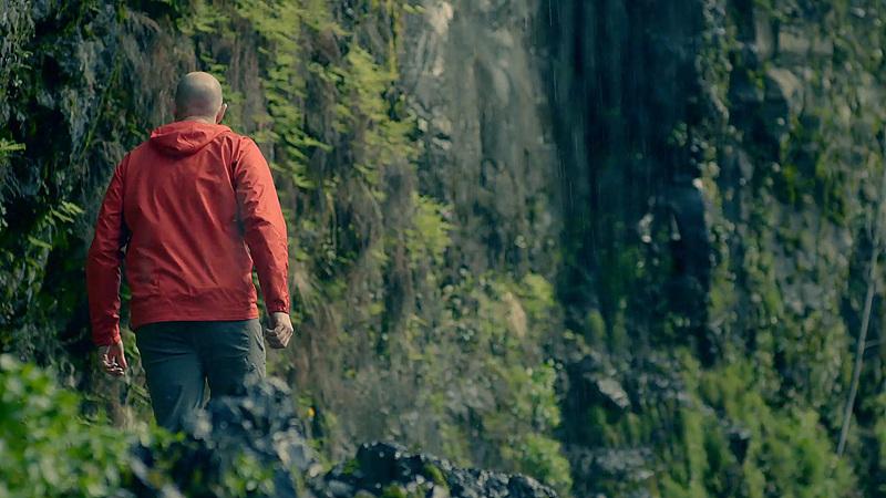 포틀랜드 근교에 위치한 절벽을 향해 걸어가는 남자의 뒷모습
