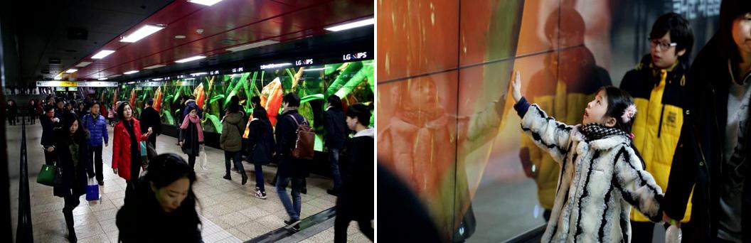 삼성역에 설치된 IPS를 지나치는 사람들(좌), IPS 광고를 신기하게 쳐다보는 여자아이(우)