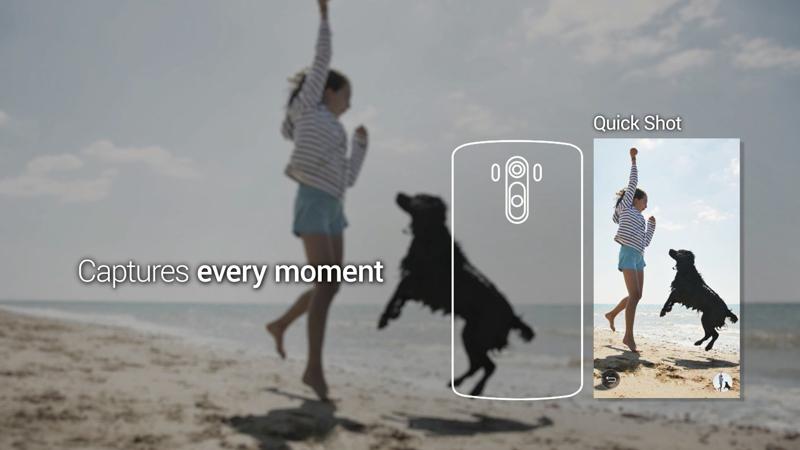 퀵샷 기능을 표현한 이미지. 해변가에서 점프하고 있는 사람과 개를 선명하게 담아내고 있다.