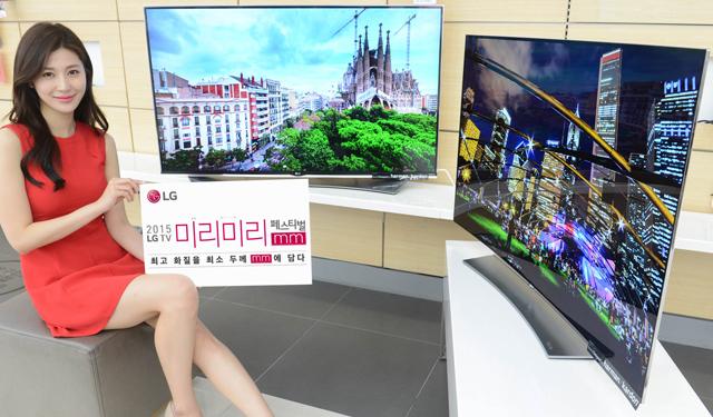 모델이 55형 '울트라 올레드TV(55EG9600)'(우측)와 '슈퍼 울트라HD TV(55UF9500)'(좌측)를 소개하고 있습니다.