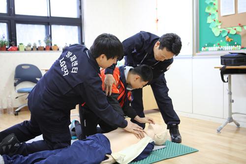 직업체험학습을 진행 중인 LG전자 임직원과 소방/심폐소생을 배우고 있는 '성심학교' 학생 모습 입니다.