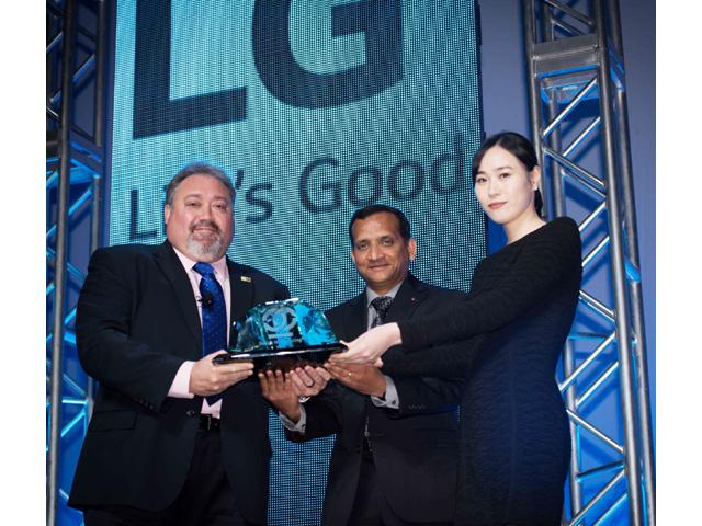 ISRI 더그 크레이머(Doug Kramer) 회장(왼쪽)이 LG전자 북미 테크놀로지 센터 난두 난다쿠마르(Nandhu Nandhakumar) 상무(가운데)에게 상을 수여하고 있습니다.
