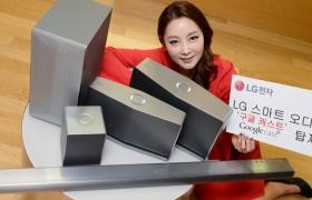모델이 LG 스마트 오디오 3종과 사운드바(길쭉한 제품)와 함께 포즈를 취하고 있습니다.