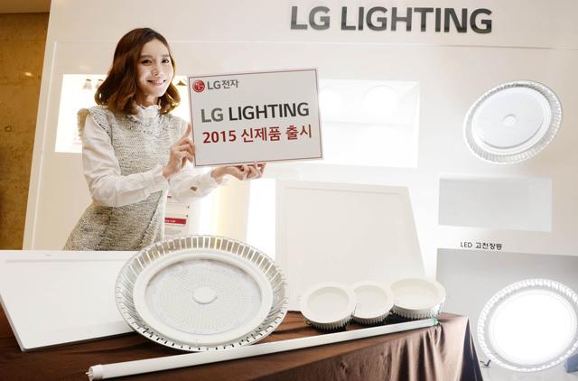 모델이 2015년형 LED 조명 신제품과 함께 포즈를 취하고 있습니다.