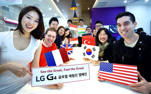 LG전자 임직원, 일반 소비자 들이 삼성동 코엑스몰 내에 모여 포즈를 취하고 있습니다.