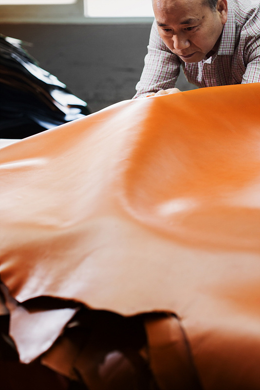 G4 천연가죽 후면커버의 제조 과정을 시간 순으로 보여주는 실제 공정 이미지. 질 좋은 천연가죽을 골라 염색하고 JIG(특정부품을 가공할때 쓰는 보조금형기구)를 통해 후면커버를 최종 완성하는 모습.