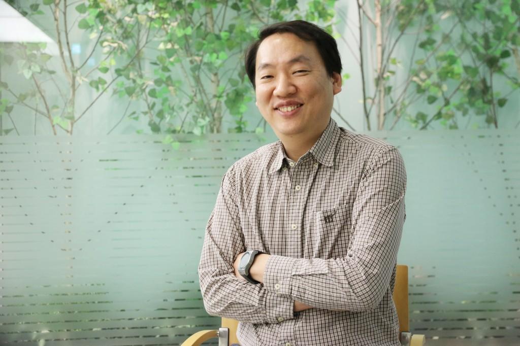 팔짱을 낀 채 웃고 있는 LG전자 MC디자인 연구소 U플랫폼팀 임승재 책임연구원