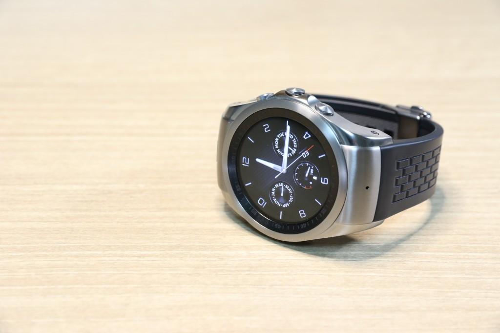 LG워치 어베인이 탁상에 놓여 있다. 일반적인 손목시계와 같은 디자인이 눈에 띈다.