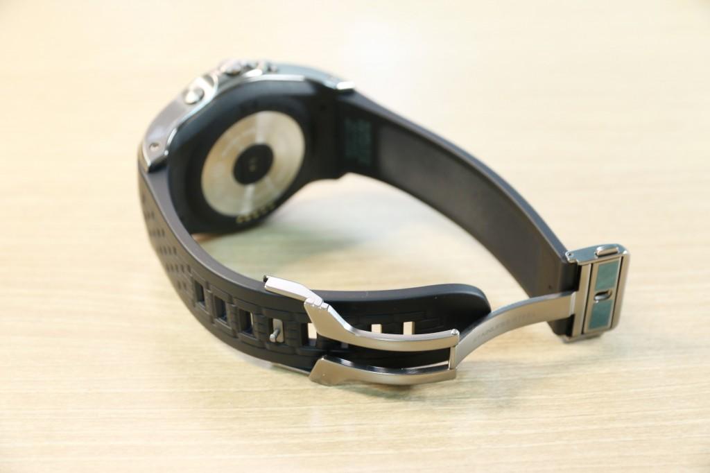 LG워치 어베인이 탁상에 놓여 있다. 특수 고무 재질의 스트랩이 눈에 띈다.