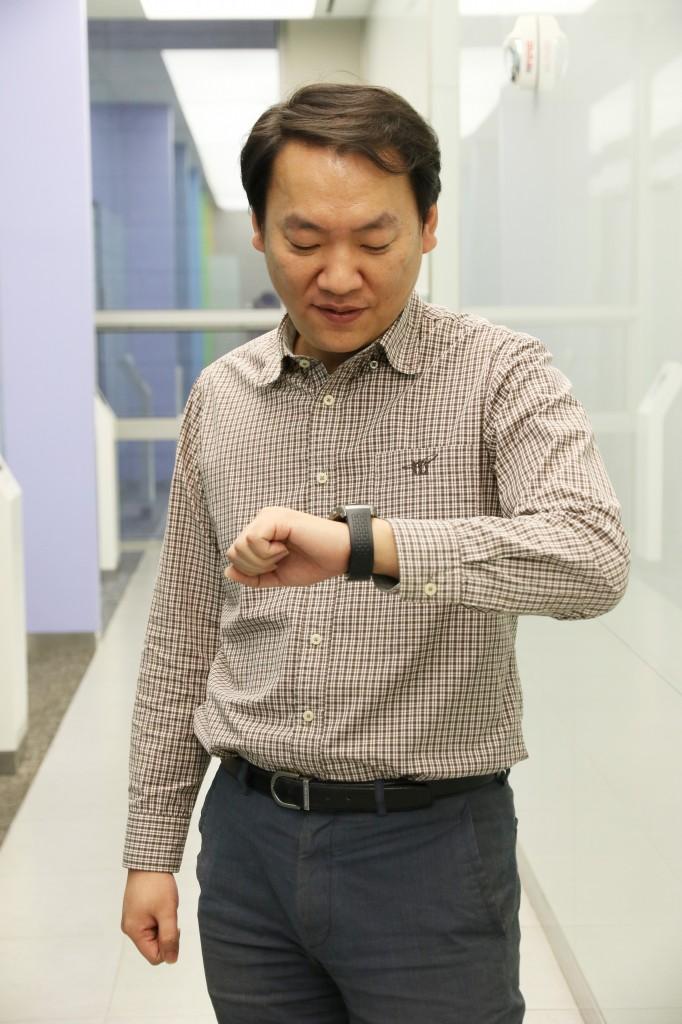 임승재 책임연구원이 손목에 찬 LG워치 어베인을 내려다 보고 있다.