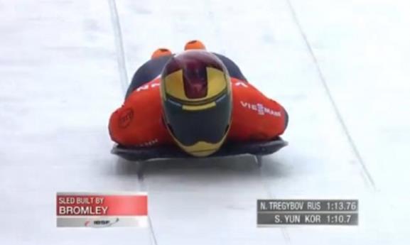 스켈레톤 경기의 한 장면. 엎드린 채 코스를 내려오고 있는 윤성빈 선수. 붉은색 유니폼과 노란색 헬멧이 마치 영화 캐릭터 '아이언맨'을 연상시킨다.