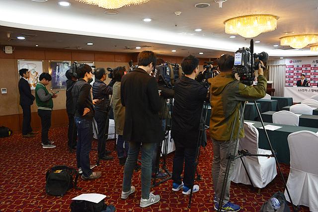 조인식에 참석한 기자와 관계자들. 카메라를 설치하고 선수들을 기다리고 있다.