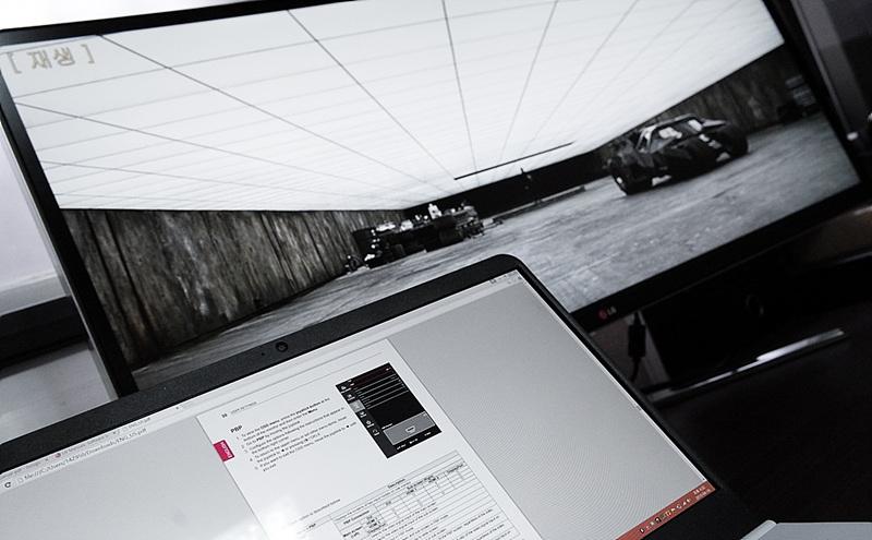 LG 그램 14를 LG 시네뷰 모니터를 연결한 모습. 노트북 화면에는 pdf 문서가, 모니터 화면에는 영상이 나오고 있다.