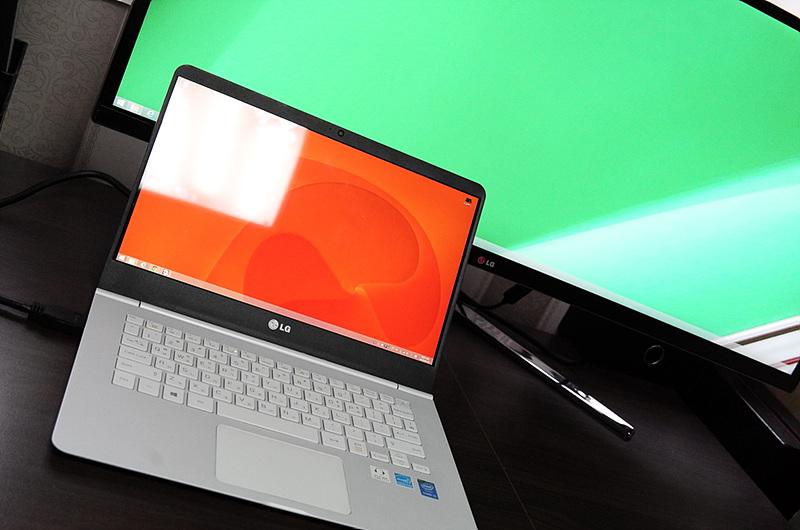 주황색 화면의 LG 그램 14, 초록색 화면의 시네뷰 모니터