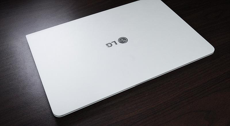 LG 그램 14 스노우 화이트 모델. 테이블 위에 올려져 있다.