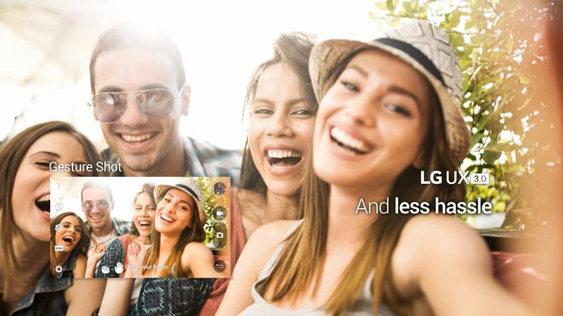 제스쳐 샷 기능을 표현한 이미지. 사람들이 포즈를 취하며 카메라를 보고 웃고 있다.
