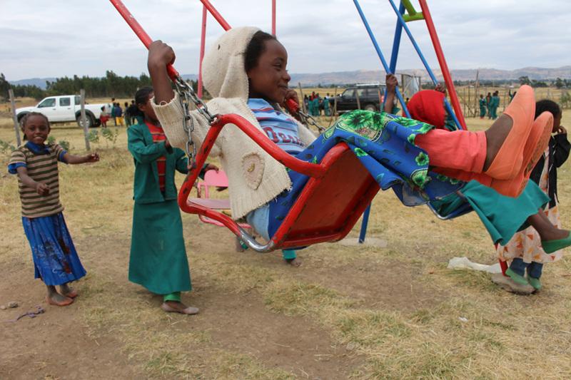 그네를 타고 노는 에티오피아 어린이들