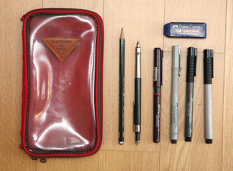 속이 보이는 투명한 필통과 연필, 샤프, 펜 등