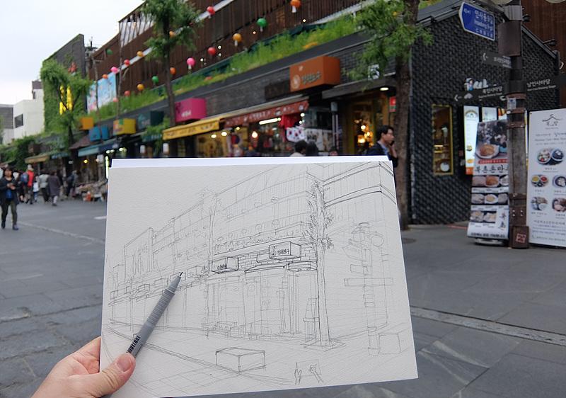 인사동 거리 풍경을 스케치북에 그리는 모습